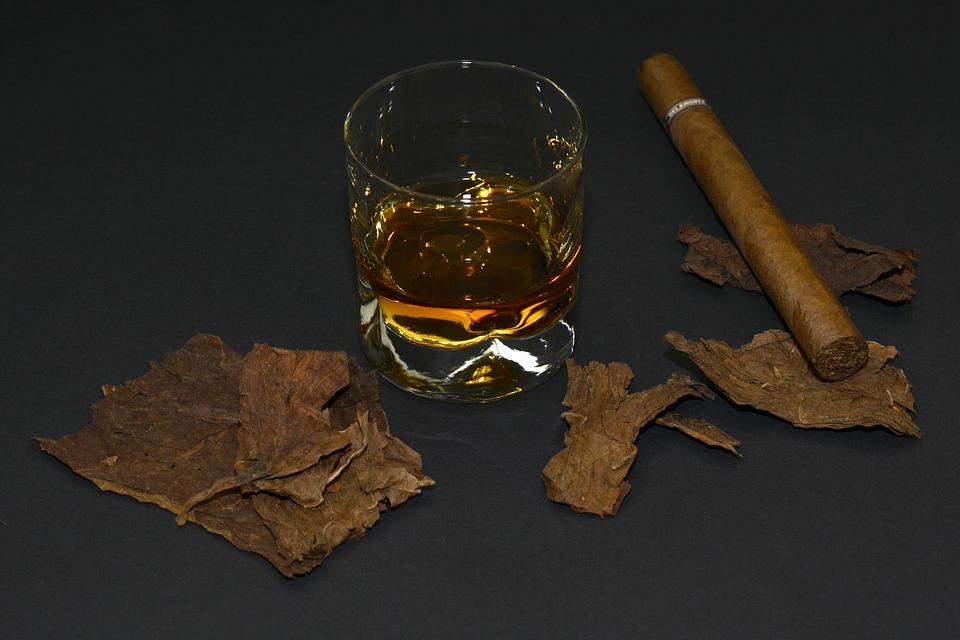 Cigares, Feuilles De Tabac, Verre De Whisky, Whisky